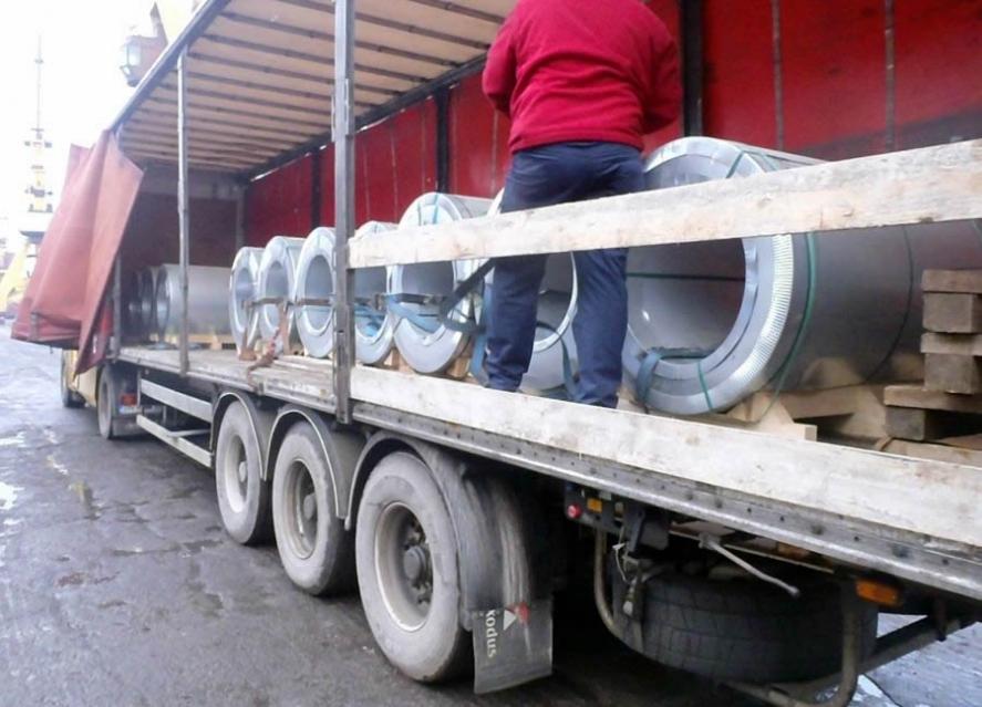 camion incarcat cu role de tabla